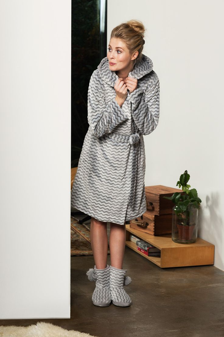 Feel all suggly & warm with Pastunette in this soft, silver grey 'soft zigs zags', wrap-over fleece morninggown with big hood, belt and pockets