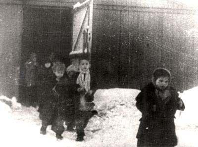 leden 1945, Osvětim - Březinka při osvobození, děti právě vycházejí z baráku