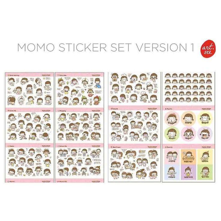 Restock ! Momo Sticker Set Version 1  Momo si gadis imut adalah bintang utama set stiker unik dan lucu ini. :D  Di dalamnya kamu bisa menemukan berbagai macam ekspresi Momo tingkahnya sehari-hari di rumah dan sekolah shopping berkumpul dengan teman dan pacar sampai mimpinya menjadi karakter dalam cerita-cerita terkenal.  Tempelkan Momo di tempat yang kamu mau agar dia bisa membuat suasananya bertambah ceria!  Satu sticker set Momo berisi 20 lembar stiker dengan 1035 stiker Momo per…