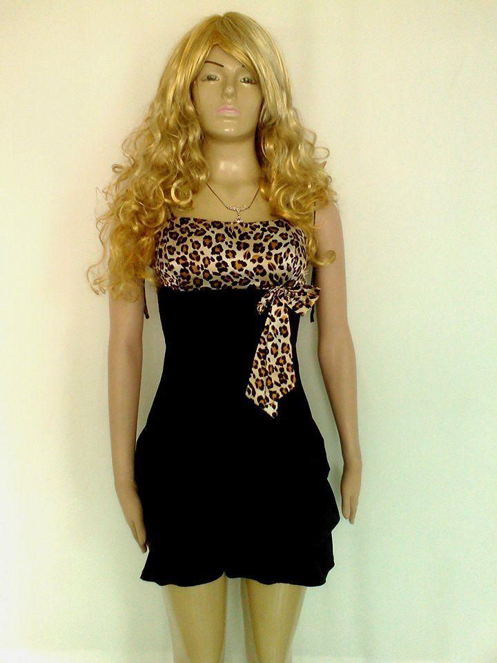 Vestido corto color negro con animal print y falda con recogidos.