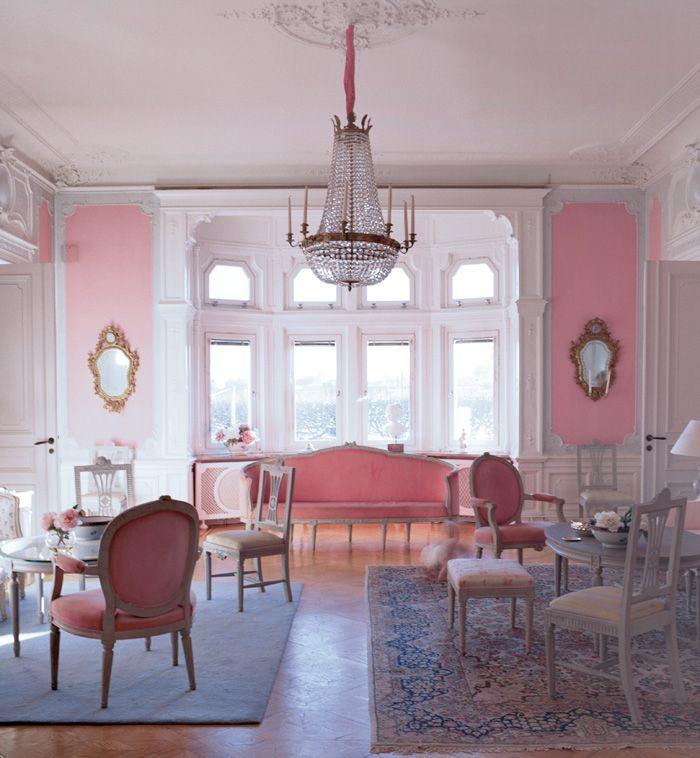 Gustavianska 1700-talsmöbler i ett hem från sent 1800-tal. Blekt rosa väggar och möbeltyger i samma...
