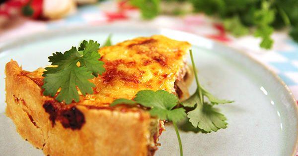 Tacopaj, en kryddig och god köttfärspaj med nötfärs, crème fraiche, lök, tomater och färsk koriander.
