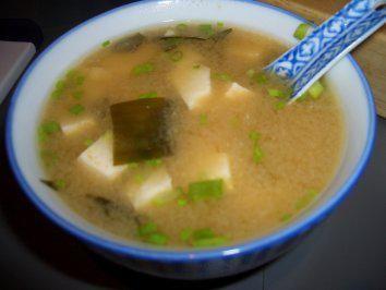 Das perfekte Misosuppe mit Wakame-Rezept mit Bild und einfacher Schritt-für-Schritt-Anleitung: Wakame in lauwarmen Wasser 10 Minuten einweichen lassen…