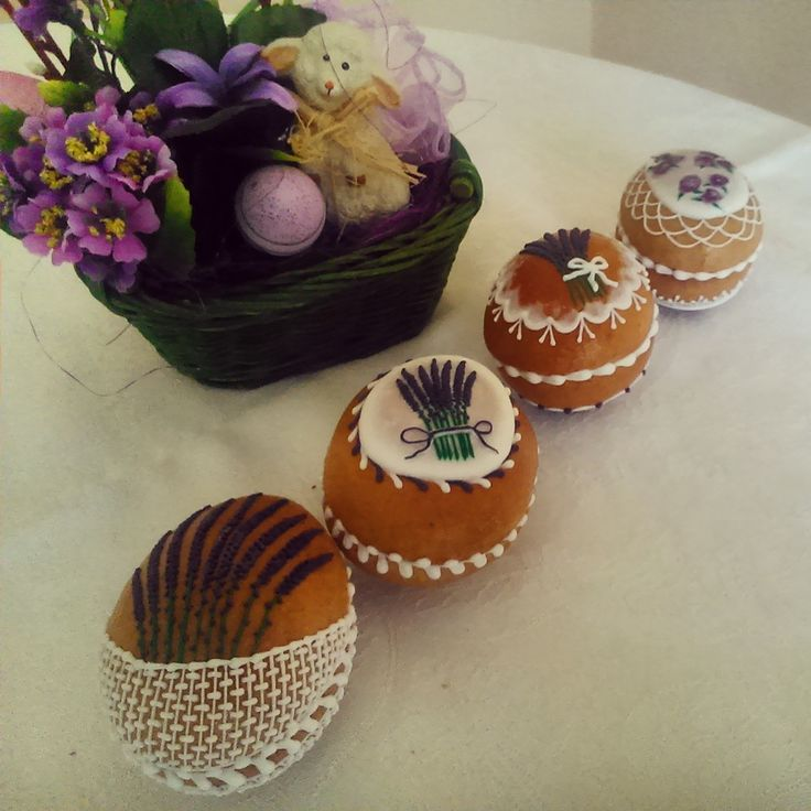 3D Easter eggs made of honey cookies and decorated with white and colored sugar glaze. By Honiees.