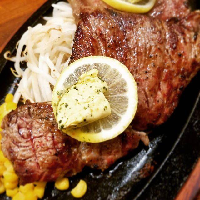 まさかの夜ステーキ🐮🍖🍴 最初にサラダ一杯食べてからお肉。 バターは半分避けて👋 炭水化物は摂らない🙅  血糖値コントロールダイエット 食事管理とストレッチのみで 開始してから一ヶ月半で4kg減。 ベスト体重まであと-7kg😂😂 不規則な生活になって早6年。 増えた分を年内に確実に落としきります❗  無理の無いやり方なのでリバウンドの不安が無く長期的にできる✨  #外苑前 #青山二丁目 #ステーキ  #ステーキくいしんぼ #肉 #400g  #血糖値コントロール #減量中🏋 #10kg以上太った #顔が別人