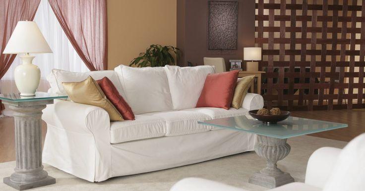Se seu sofá não combinar mais com o estilo da sala ou se você quiser mudar o esquema de cores do cômodo, uma capa pode ser bem mais econômica do que trocar de sofá. Uma capa com ...