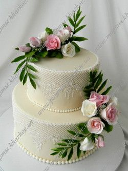 Свадебный торт цвета  айвори с букетами из розочек