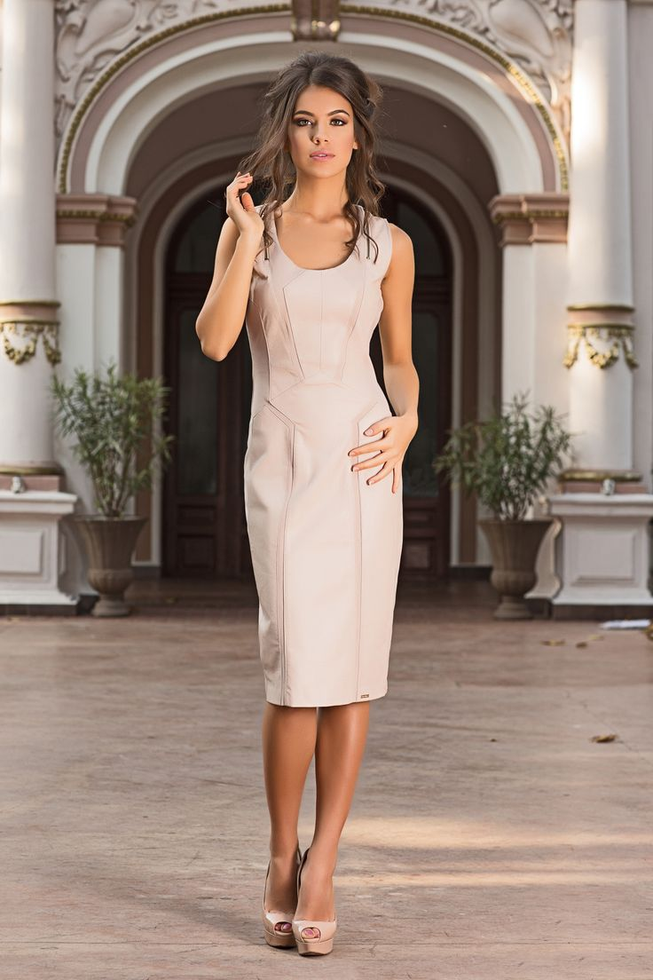 An elegant and flattering panelled bodycon dress, for the perfect sculpted body. A beautiful beige dress ideal for day to evening wear.