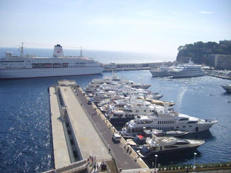 Monte Carlo'da muhteşem yat limanı da bulunuyor. İnsanlar gündüzleri alışveriş, kafeler, yatlarında, geceleride tabikii kumarhanede! Daha fazla bilgi ve fotoğraf için; http://www.geziyorum.net/monako/