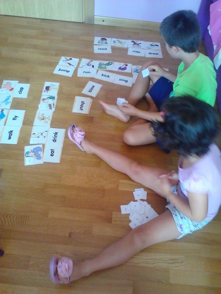 bambini che imparano l'inglese giocando