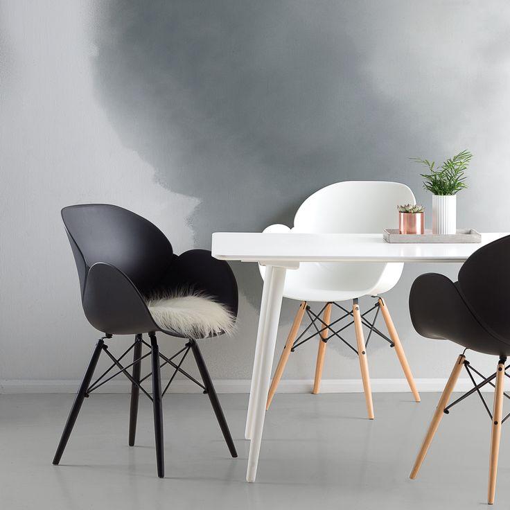 Vores skalstole er alle produceret i hårdt, formstøbt plast der giver god støtte til ryggen. Stolene fås med og uden armlæn i mange spændende design og forskellige farvekombinationer, så du kan finde netop den stol som passer hjem til dit spisebord.