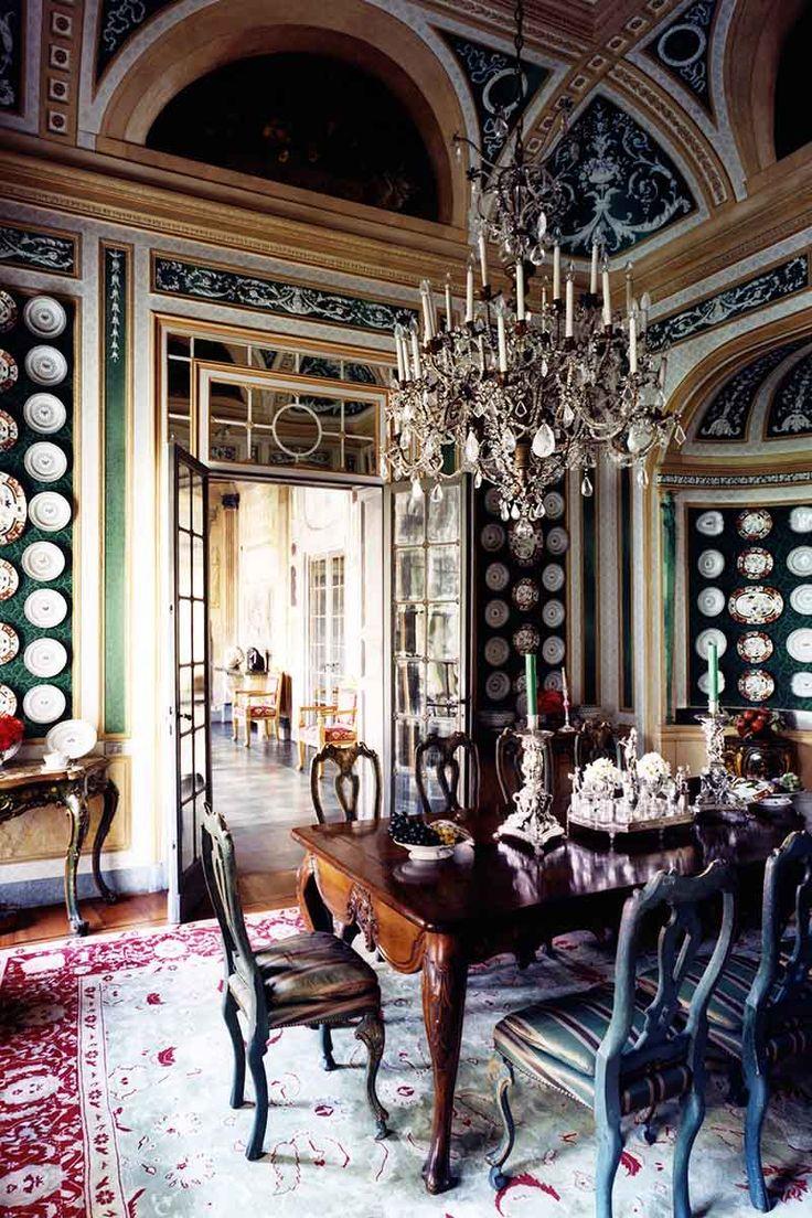 столовая в миланском палаццо, стены обиты зеленой шелковой парчой и украшены коллекцией венецианского фарфора 18-19в, над резным столом и венецианскими стульями, покрытыми зеленым лаком - генуэзская люстра 18в.