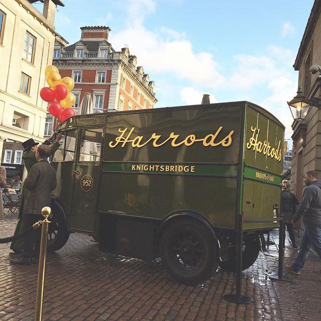 Harrods s'est installé à Covent Garden. Peu à peu tout Knightsbridge s'installe dans le quartier, Rolls Royce jaune pétard et Ferrari rose comprises.