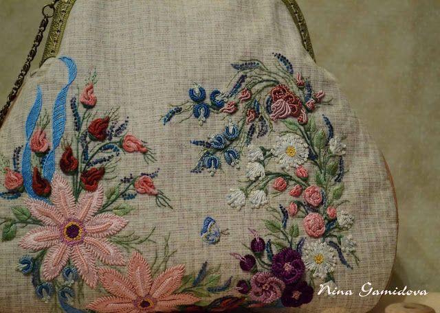 Braziliaans borduurwerk.  Textiel tas met borduursel op de gesp.
