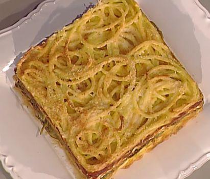 300 g di bucatini  5 carciofi  3 uova  100 g di formaggio grana  150 g di ricotta salata  sale e pepe e basilico  pangrattato q.b.  Per la salsa:  500 g carne di manzo tagliata a pezzi grossi  3 cipolle  1 carota  2 coste di sedano  50 g pancetta  olio extravergine d'oliva  ½ bicchiere di vino bianco