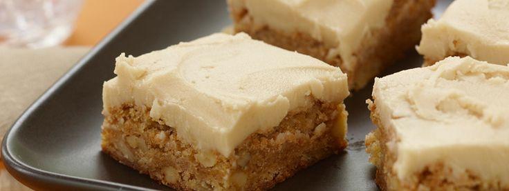 Carr�s dor�s aux pommes avec gla�age au caramel- Ces d�licieux carr�s d�cadents sont garnis d un gla�age au caramel sucr�. Faites-en de surplus, car ils dispara�tront rapidement!