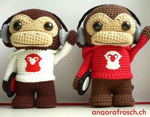 Amazing amigurumi by Angorafrosch.ch, she uses magnets in the hand and headphone