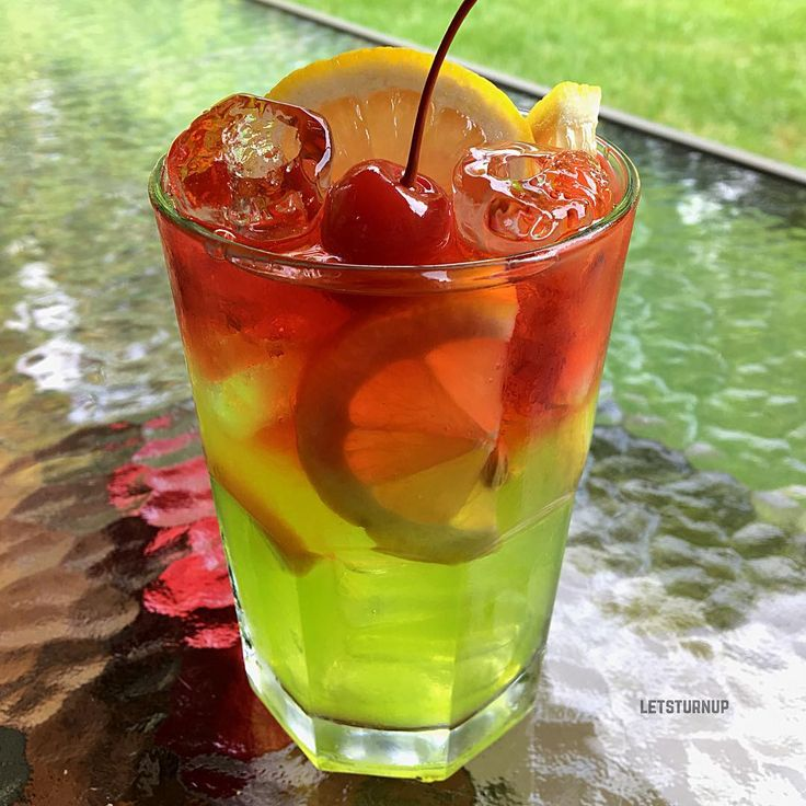 Sour Eddy! ▃▃▃▃▃▃▃▃▃▃▃▃▃▃▃▃▃▃ 1/2 oz. Lemon Juice 1/2 oz. Simple Syrup 1 1/2 oz. Alizé Apple 3 oz. Sprite 1 1/2 oz. Deep Eddy Cranberry Vodka Lemon Slices  #tipsybartender #martini #tequila #patron #smirnoff #drinkporn #booze #bartender #bacardi #malibu #mixology #mixologist #margarita #letsturnup #liquor #turnup #cocktail #alcohol #vodka #ciroc #cocktails #whiskey #greygoose