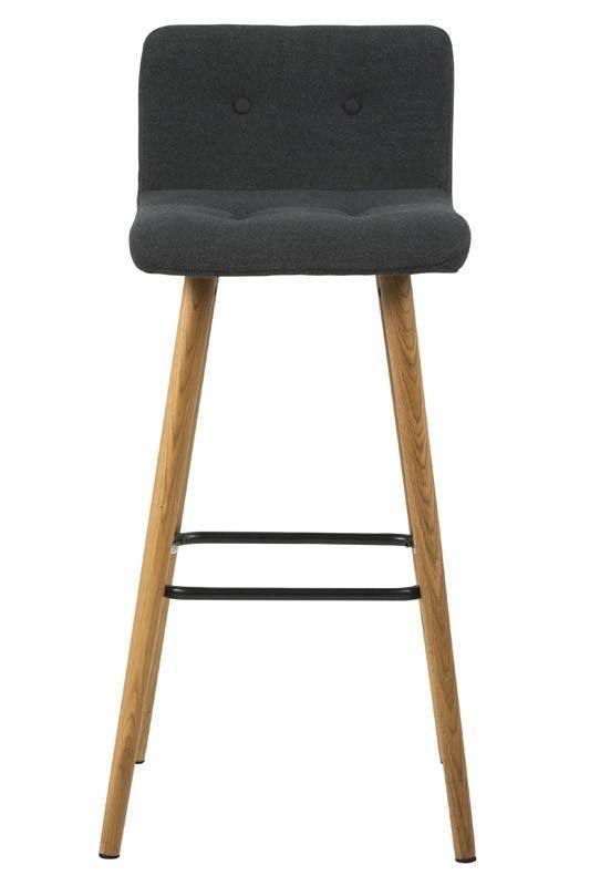 Sue  Barstol - Mørk grå sæde - Smuk barstol i et stilsikkert skandinavisk design. Med denne fine barstol kan du konversere med dine gæster imens du færdiggør middagen. Sædet i stof gør stolen behagelig at sidde på. Siderne på stolen er lysegrå som giver et anderledes og moderne design. Træbenene bringer naturen indenfor.