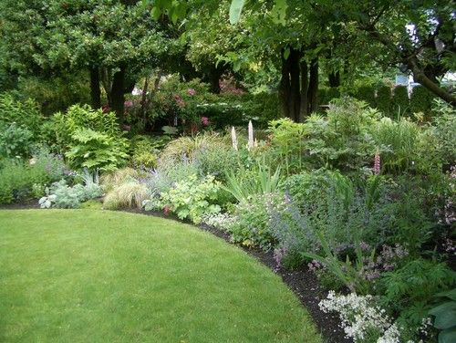Trees, shrubs, and perennials form a deep border, adding interest and depth while disguising the fence line. | Traditional landscape by Glenna Partridge Garden DesignGardens Beds, Traditional Landscapes, Perennials Gardens, English Gardens, Flower Beds, Landscapes Design, Gardens Design, Beds Design, Annual Flower
