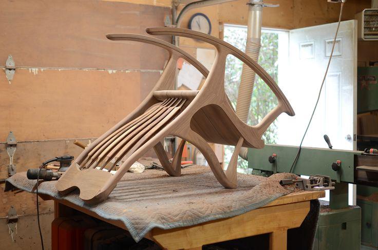 Chaise berçante sur l'établi en train d'être terminée   Rocking chair on the bench #chaisebercante #rockingchair #walnut #noyer www.chaiseetbercante.com
