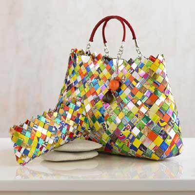 HOW TO MAKE A BAG FROM FOOD WRAPPERS OR CANDY/CHIP PACKETS http://www.stumbleupon.com/su/1N31HS/thejunkwave.com/2011/09/08/how-to-make-a-bag-from-food-wrappers-or-chip-packets/