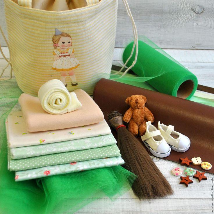 Купить или заказать Набор для шитья куклы с выкройкой в интернет-магазине на Ярмарке Мастеров. Набор материалов для шитья текстильной куклы в подарочной упаковке. Полностью готовый набор для изготовления куклы с подбором тканей, волос, обуви, аксессуаров, выкройки и инструкции для создания Вашей куколки. Базовый набор для шитья куклы содержит: - сумка желтая подарочная (упаковка для набора) - трикотаж для тела телесный 50*50см - экокожа для изготовления обуви - отрезы хлопка 4 вида…