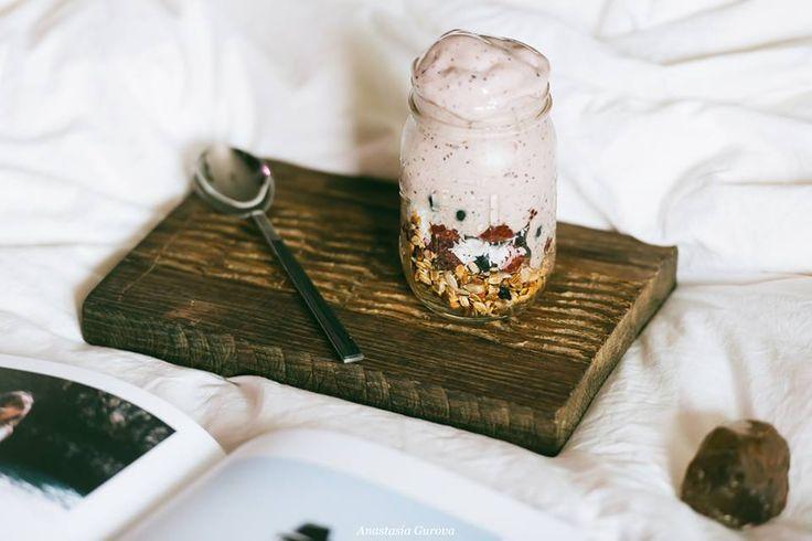 Простая и вкусная, домашняя гранола всегда спасает мои завтраки в случае цейтнота. Ее легко приготовить и хранить, чтобы использовать для завтраков и десертов на скорую руку.