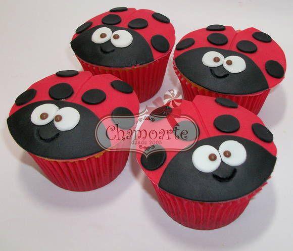 Cupcake grande decorado com pasta americana  Tamanho ideal para substituir o pedaço do bolo!!!