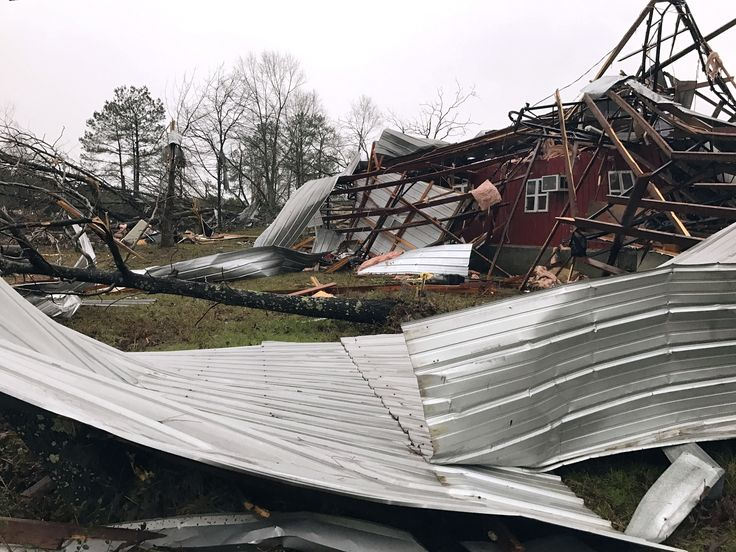 01/03/2017 - 4 dead after tornado hits Alabama town amid southeastern US severe weather outbreak