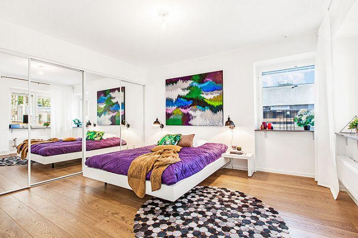 Sovrum med stora garderober i Riksbyggens Brf Landmärket, Sundbyberg.