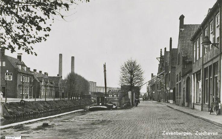 Zuidhaven met vooroorlogse bebouwing en de Noordhaven met nieuwbouw