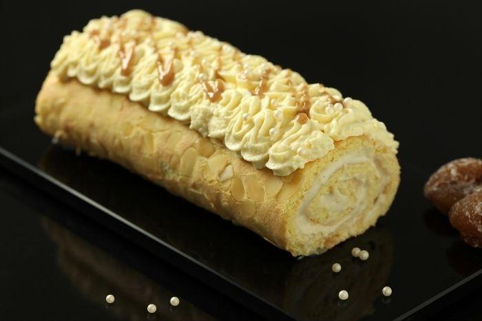 Recette de Bûche de Noël vanille marron, Une recette de bûche de Noël à la vanille et aux marrons avec une crème mousseline onctueuse et délicate sur un biscuit génoise roulé.