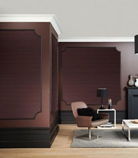 Yüksek süpürgelikler, köşe çıtaları, çıta ve duvar kağıdı kombinasyonu ile klasik mekanlar.