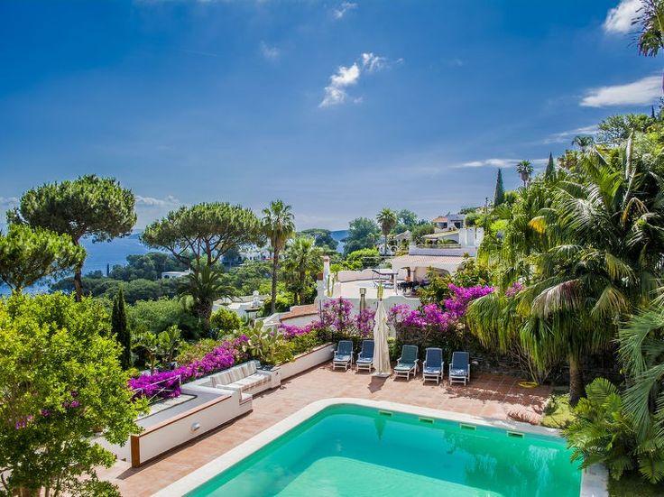 """Meget fin, koselig villa """"La Romantica"""", renovert i 2016, omgitt av trær. 700 m fra sentrum av Casamicciola Terme, i en solrikt posisjon boligområde, utmerkt område: midt i sentrum, men roligt, 700 m fra sjøen, 700 m fra stranden. Privat: stor, vakker, velholdt hage i flere nivåer m2 2'000 ha (inngjerdet) med blomster og trær, plen med solningsområde, svømmebasseng (90 m2, 15.05.-15.10.) med in..."""