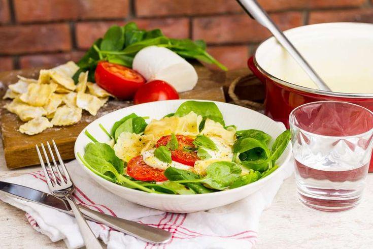 Recept voor ravioli op een spinazie Caprese salade voor 4 personen. Met zout, water, olijfolie, peper, ravioli (pasta), mozzarella, verse spinazie, tomaat en balsamicodressing