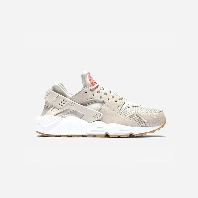 RELEASE REMINDER! The beige Nike Air Huarache Run TXT 'Light Bone' will be releasing tonight at midnight at Nakedcph.com! #SupplyingGirlsWithSneakers