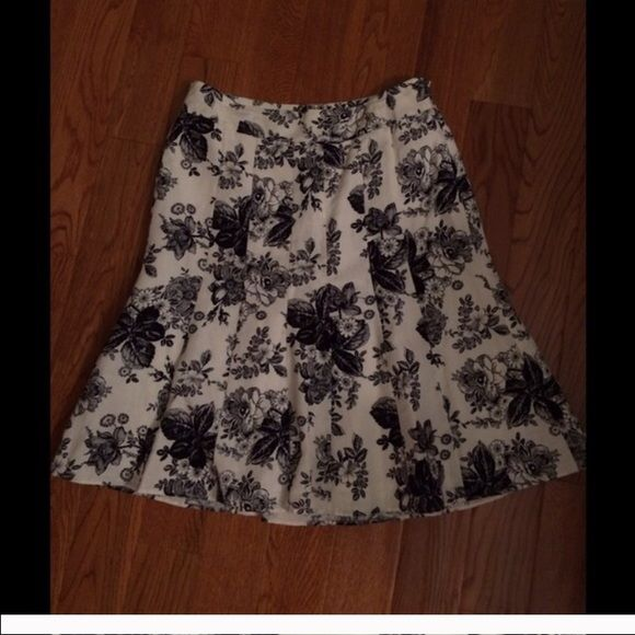 Ann Taylor Loft skirt Ann Taylor Loft. Size 6. Great condition. Will bundle! Make an offer! Ann Taylor Skirts