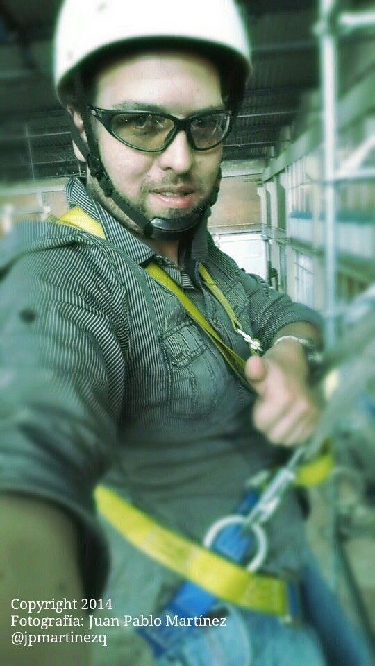 Arquitecto Juan Pablo Martínez entrenando ascensos, descensos y rescate en alturas