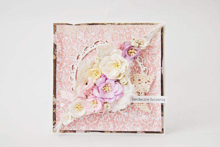 """Witajcie! Dziś mam dla Was kolejną kartkę, tym razem bardziej romantyczną. Wykorzystałam w niej najnowszą kolekcję papierów od UHK – Avonlea. Bardzo lubię połączenie brązu z różem, stąd też wybrałam dwa papiery – """"Mateusza"""" i """"Małgorzatę""""  Zestawienie idealne! ..."""
