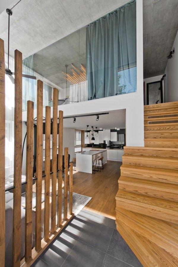 Um amplo conjunto de escadas (que nem sempre é o caso nestes tipos de lofts) é o quarto. Ele olha para baixo sobre as principais áreas de vida, mas também tem cortinas para que a privacidade possa ser assegurada em todos os momentos. O quarto em si utiliza um design bonito cabeceira personalizado como o ponto focal, criando ainda mais de um espaço fechado para o conforto e segurança máxima.