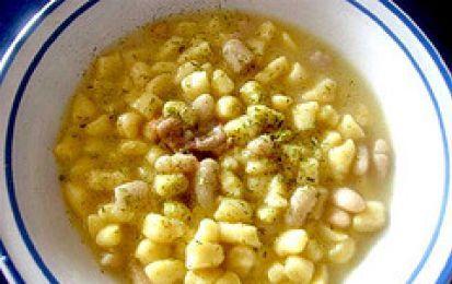 Zuppa di gnocchi di polenta con fagioli - Ecco la ricetta di una zuppa che vi riscalderà l'inverno: la zuppa di gnocchi di polenta con fagioli. Deliziosa e piena di sapori, un primo piatto completo.
