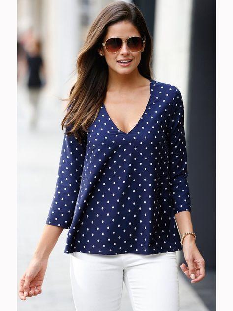 Blusa topos manga 3/4 con abertura en la espalda. Esta elegante blusa estampada a topos se convertirá en tu prenda comodín de la temporada. Blusa de favorec