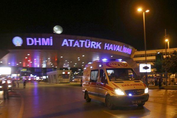 Количество жертв теракта ваэропорту Стамбула выросло до28.  Власти подтвердили гибель 28 человек врезультате серии взрывов вмеждународном аэропорту Стамбула, сообщает Reuters соссылкой назаявление губернатора Стамбула Васипа Шахина. Поего словам, предпол�