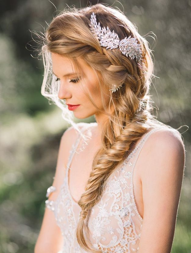 A loose elegant side braid for your bridal look. Gorgeous bridal hairstyle!