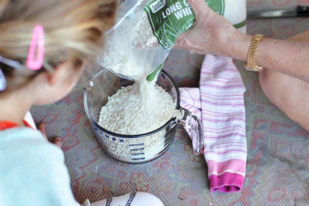 Utilisez du riz et une chaussette pour fabriquer une bouillotte.