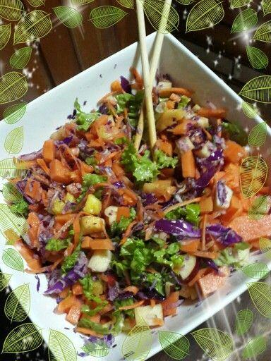 Exquisita! Ensalada con frutas papaya, piña , manzana, lechugas, repollo morado, pepino y zanahoria.. Disfrútalo!