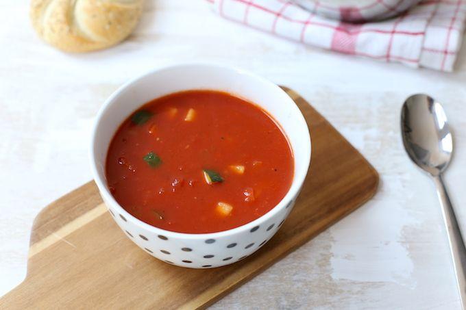 Weinig tijd of zin om in de keuken te staan maar wil je toch een gezond recept op tafel zetten? Maak dan eens deze tomatensoep met extra groenten zoals paprika, courgette en prei. Super lekker en goed vullend met een broodje erbij. Houd je van pittig? Voeg dan eens een rode peper toe aan de...Lees Meer »