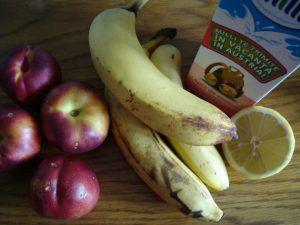 """Молочный коктейль с бананом и нектарином http://womenbox.net/cook/molochnyj-koktejl-s-bananom-i-nektarinom/  Молочный коктейль с бананом и нектарином- сладкий и очень вкусный напиток! В немного много фруктов, и поэтому он такой аппетитный. Сочетание нектаринов и бананов очень органичное, эти фрукты отлично """"работают"""""""