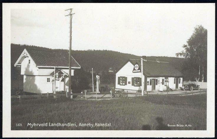 AANEBY, HAKADAL. Nittedal kommune i Akershus fylke Myhrvold Landhandleri. Nærbilde med gammel bil utenfor. MIL bensinreklame og pumpe utg Brødr. H.